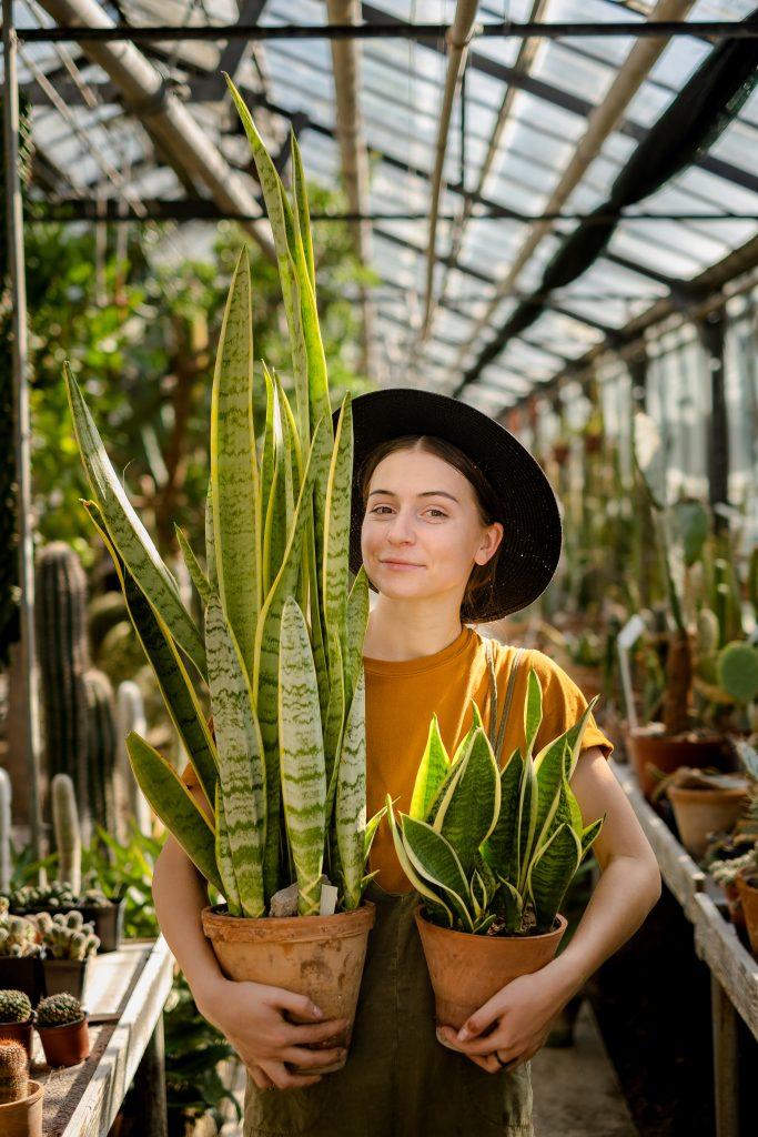 Anastasia Haraz selectând plantele pentru clienți/FOTO: Ecaterina Șalaru