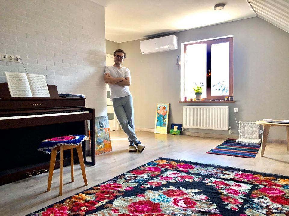Marcel Lazăr în studioul său, împodobit cu un covor țesut de bunica sa Maria
