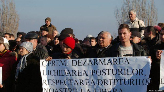 Ianuarie 2012, Vadul lui Vodă. Localnicii protestează împotriva trupelor pacificatoare rusești. Foto: Radio Europa Liberă