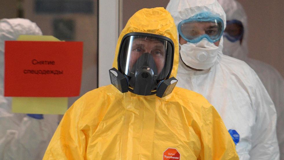 Vladimir Putin, cu mască respiratorie și echipat în combinezon, în timp ce vizita un spital din Moscova
