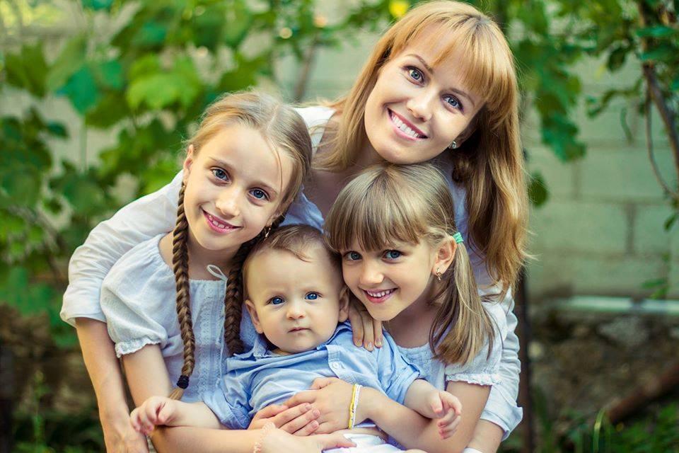 Diana Decuseară cu cei trei copii ai săi, Bianca, Iana și Mircea