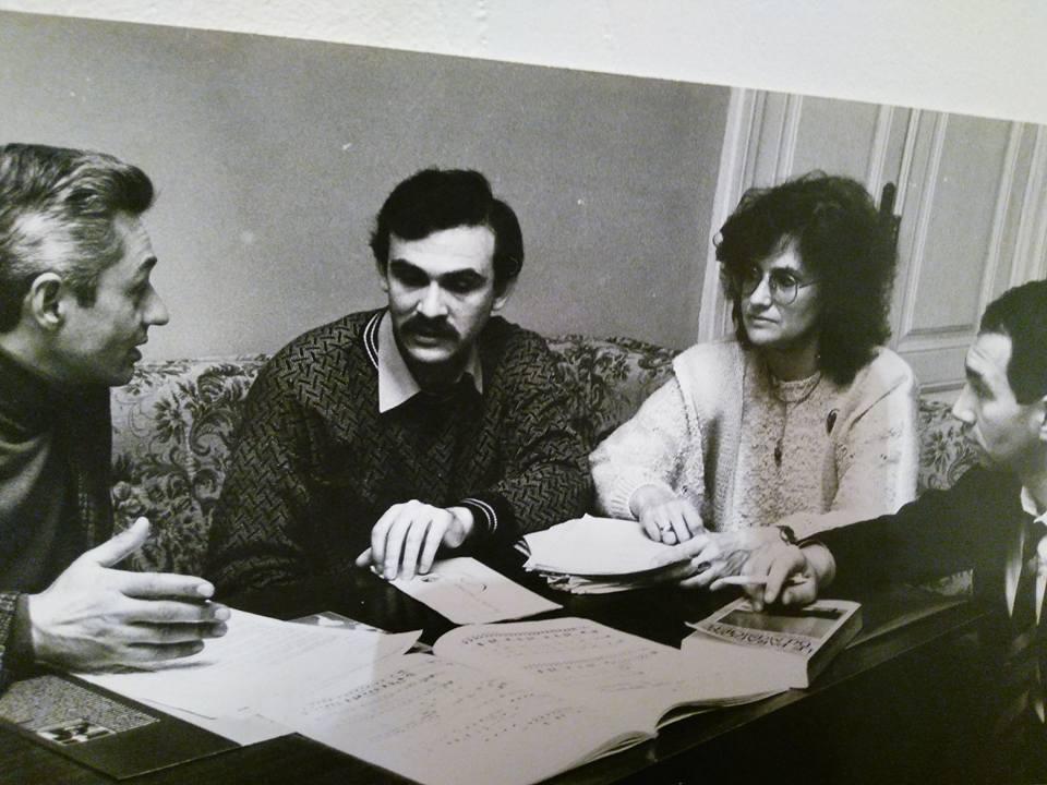 Ghenadie Ciobanu (al doilea din stânga) discutând cu maestrul Dumitru Goia, cu muzicologul Irina Ciobanu și cu compozitorul Marian Stârcea programul festivalului Zilele Muzicii Noi, ediția 1993