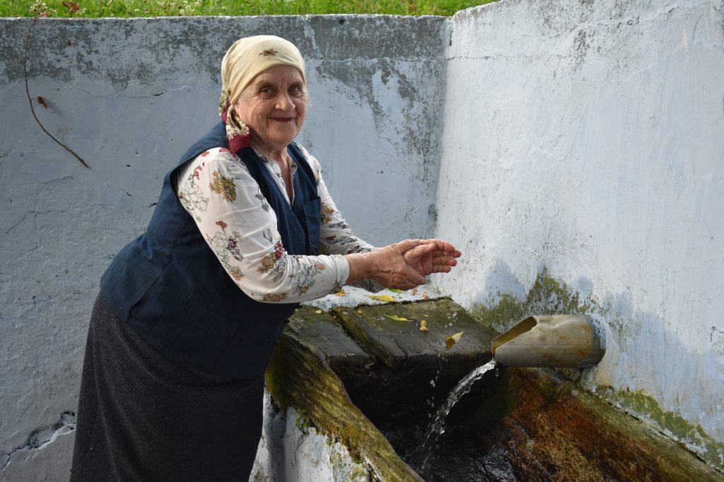 Maria Siminel-Panfilovla un izvor din satul de baștină Gordinești, Rezina.