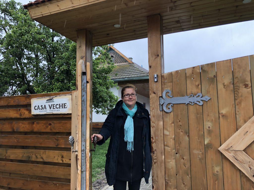 Tatiana Arama ne întâlnește la poarta pensiunii/foto: Ana Sârbu