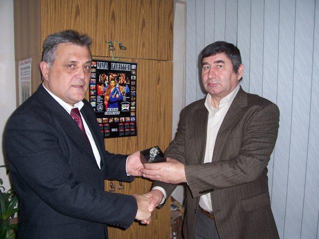 Un premiu din partea președintelui Federației de Lupta Națională Trânta, S. Busuioc