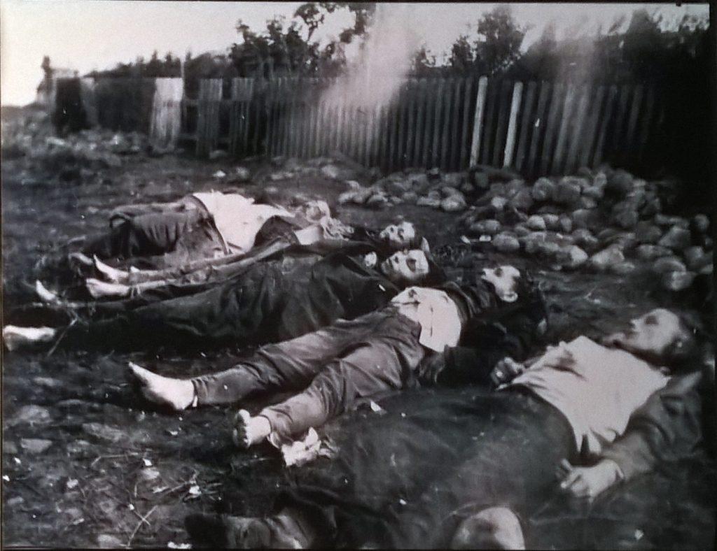 """Partizani și susținători ai partizanilor, uciși de trupele de """"Stribai"""",satul Grendovė, districtul Trakai, 1 septembrie 1946"""
