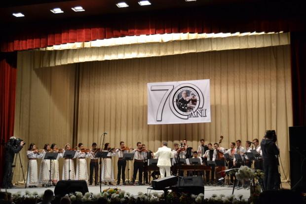 """Orchestra de muzică populară a Colegiului de Muzică """"Ștefan Neaga"""", care a luat ființă datorită ostenelilor profesorului Vasile Roșcovan"""