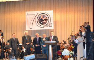 Profesorul Vasile Roșcovan (al doilea din dreapta) este felicitat, alături de alți colegi profesori, cu ocazia aniversării a 70-a a instituției, foto: diez.md