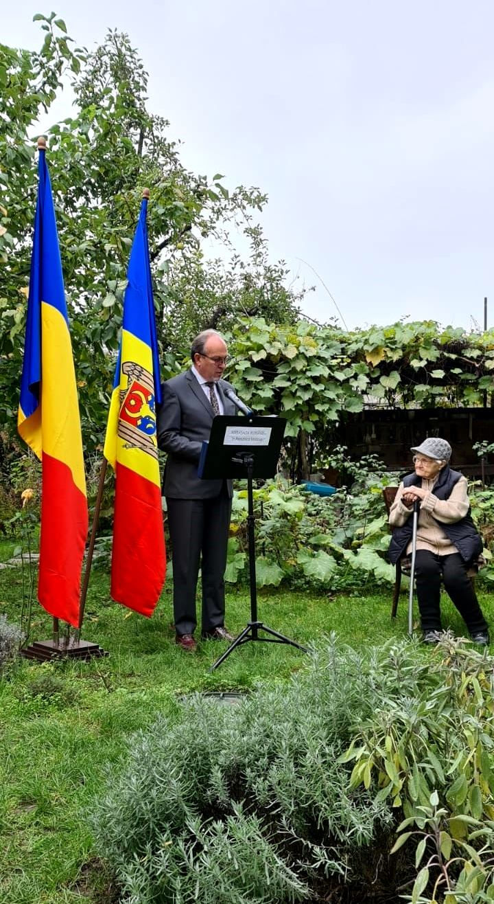 La cei 100 de ani, Valentina Rusu-Ciobanu primește felicitări din partea Excelenței Sale Daniel Ioniță, Ambasador al României la Chișinău
